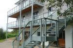 Balkon mit Stahltreppe
